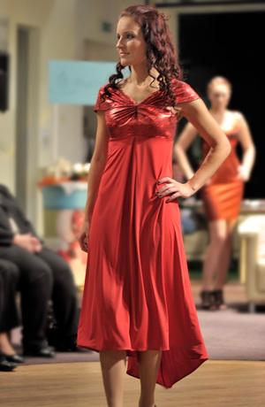 Šaty v empírovém střihu, malé sedýlko s řasenými ramínky