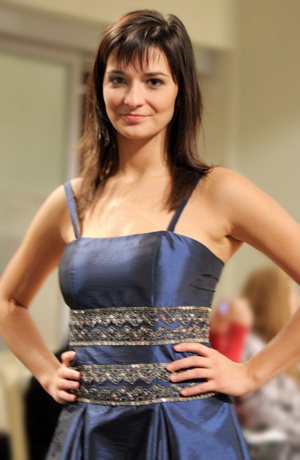 Krátké luxusní šaty na ples zdobené krajkou s flitry