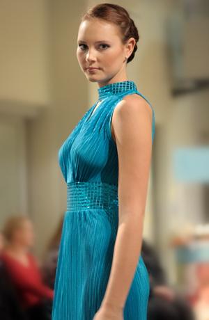 Luxusní společenské šaty mají americké průramky.
