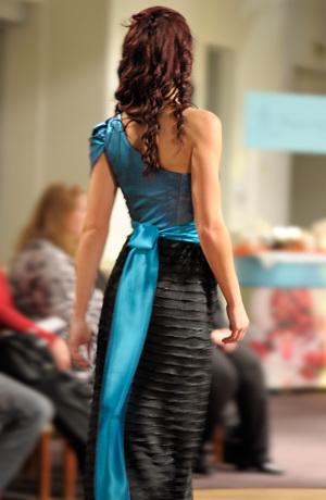 Exkluzivní model společenských večerních šatů s živůtkem na jedno rameno. Velikost 38, 40.