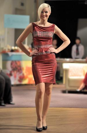 Koktejlové krajkové šaty na širší ramínka s úzkou sukní