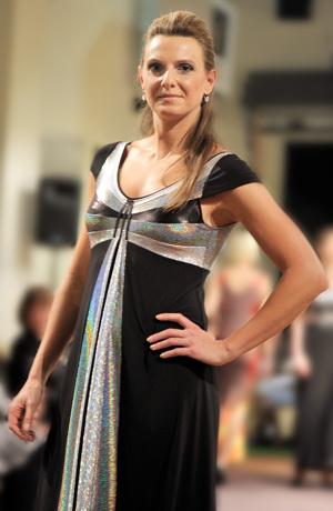 Dlouhé luxusní společenské šaty v grafické kombinaci použitých materiálů, vel. 38, 40, 42, 44.