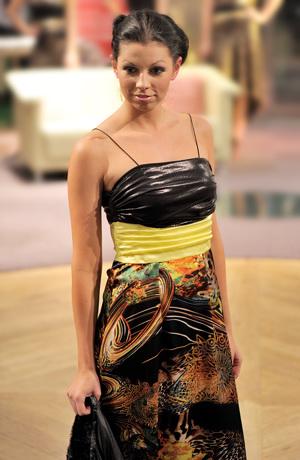 Barevné společenské šaty z hedvábného saténu.