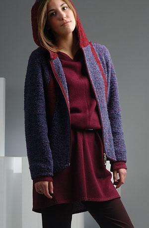 Kabátek na zip a s kapucí, zajímavé barevné členění předního a zadního dílu v aktuální fialovo - vínové barevné kombinaci