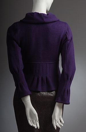 Kabátek s légou, velký nabíraný límec, sámky pod prsy.