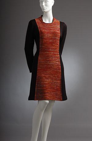 Pletené princesové šaty s kombinovaným barevným pruhem, dělí vizuálně postavu