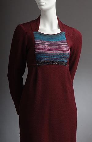 Šaty s barevným sedýlkem, nabíraní pod prsy, dole stažené do gumičky.