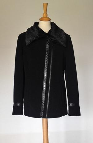 Mladistvý krátký černý kabátek na zip ve velikostech 38,40,42,44
