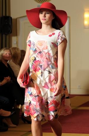 Módní dámské šaty s tiskemkoženkou