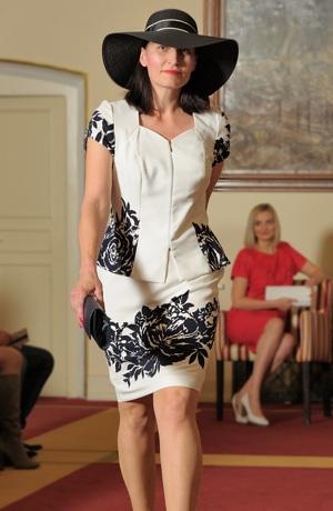 Elegantní dámský kostýmek vhodný pro plnoštíhlé