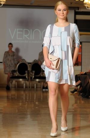 Pleteninové tunikové šaty nad kolena .