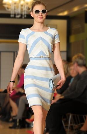 Společenské šaty s módními pruhy v žakárovém vzoru