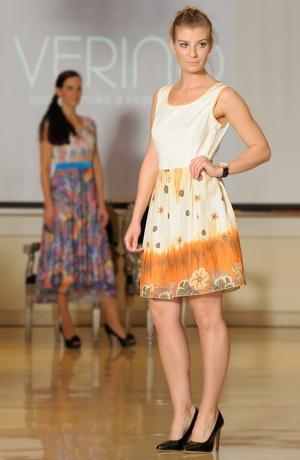 Dívčí mini šaty s květem v zářivých barvách.
