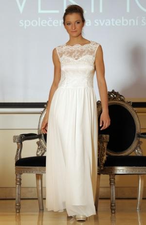 Luxusní dlouhé svatební šaty s bohatou kajkou na sedle