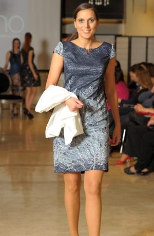 Krátké společenské šaty s rukávkem a s metalízou