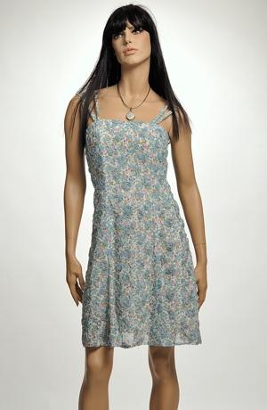 Šaty v pastelové barvě s dezénem drobného bílého kvítku.