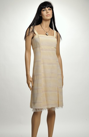 Koktejlové šaty v kombinaci pastelových pruhů i pro plnoštíhlé. Bílé koktejlky lze doplnit malým bolerkem nebo chanellovým kabátkem. Vel. 42, 44