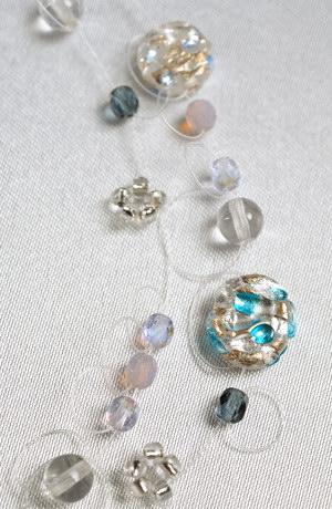 Ručně foukané skleněné perly na lanku