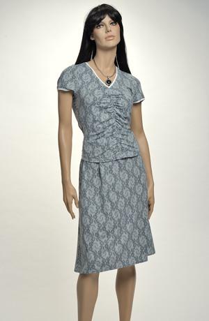 Elastické letní dvojdílné šaty s řasením a s jemným krajkovým vzorem.