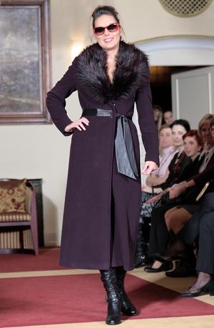 Dlouhý dámský flaušový kabát s kožešinovým límcem