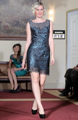 Pouzdrové šaty na přednm dílu s kovovou krajkou