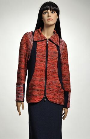 Pletený kabátek kombinovaný ze tří druhů pletenin.