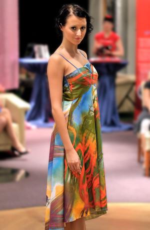 Luxusní společenské šaty se zlatou nitkou