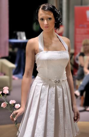 Krátké svatební šaty korzetového střihu s ramínky za krk.