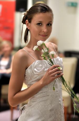 Bílé pouzdrové šaty na svatbu z módního materiálu