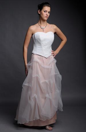 Korzetové šaty vhodné i pro nevěsty.
