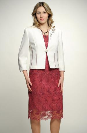 Kostýmek z módní krajky na šatech s bílým kabátkem