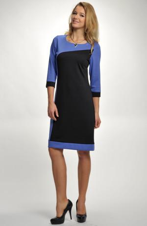Módní elastické šaty v kombinaci barevných ploch