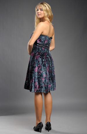 Krátké dívčí šaty bez ramínek