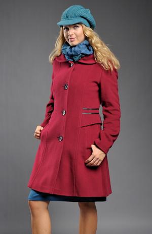 Dámský kabát v pase zdobený koženým proužkem.