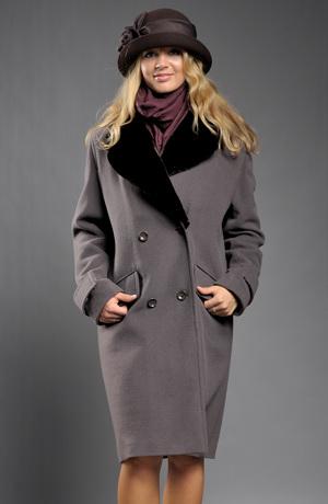 Krátký zimní kabát s velkým kožešinovým límcem