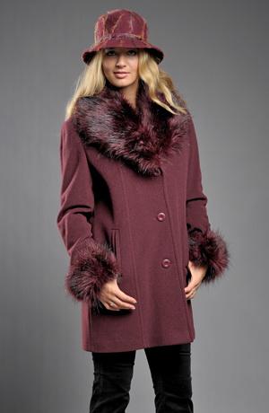 Zimní dámské paleto v barvě bordó s kožešinou na límci
