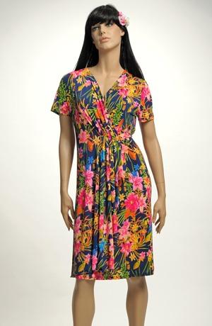 Šaty s řasením a s výraznými květy