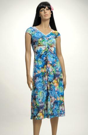 Lehké společenské šaty na léto s květy