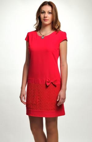 Elegantní koktejlové šaty se sukní z krajky