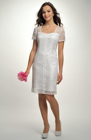 Krátké pouzdrové svatební šaty s krajkou.