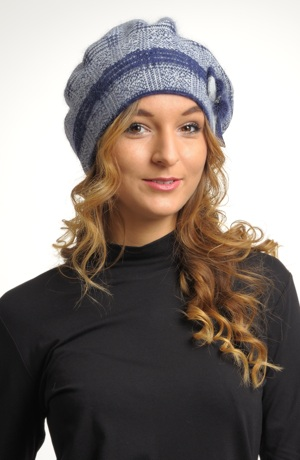 Pletený baret s ozdobou.