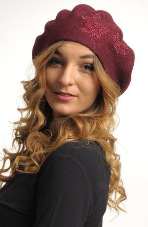 Pletený baret s ozdobou