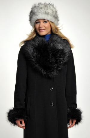 Dámský dlouhý černý kabát s bohatou oddělávací kožešinou.