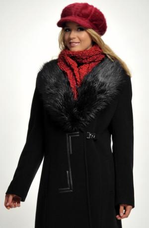 Kožešinová kšiltovka je vyrobena z angorové pleteniny s bohatým chlupem.