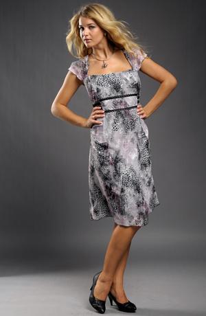 Krátké společenské šaty pro velké velikosti