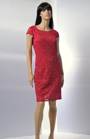 Krátké tmavě červené šaty s malými rukávky