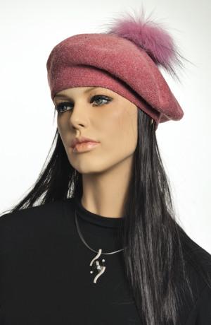 Módní baret s bambulkou z kožešiny