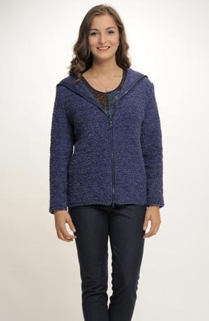 Pletený kabátek s límcem přecházejícím v kapuci lemovaný zipem