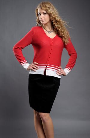 Červený pletený kabátek zdobený bílou