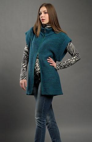 Dámská pletená vesta na zip v módní modrotyrkysové barvě.